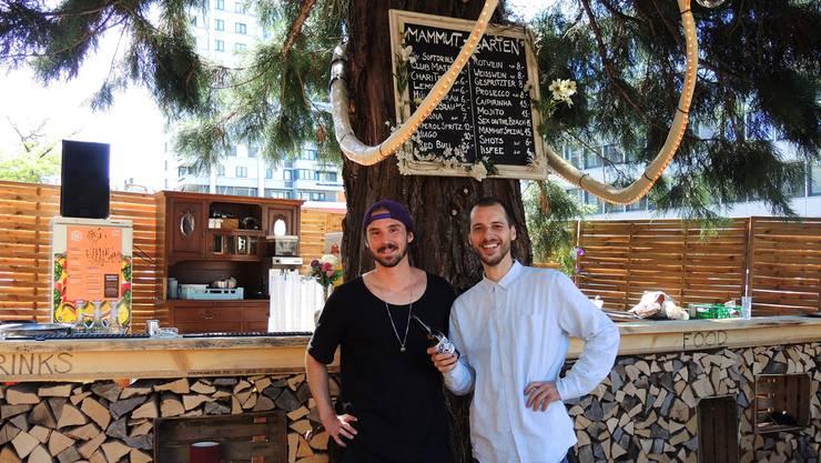 Jorin Schmitz (r.) und Renato Binder haben um den alten Mammutbaum einen gemütlichen Treffpunkt geschaffen.