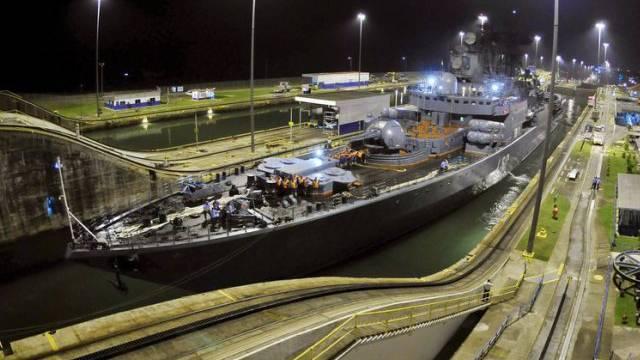 Ein russisches Schiff passiert den Panamakanal (Archiv)