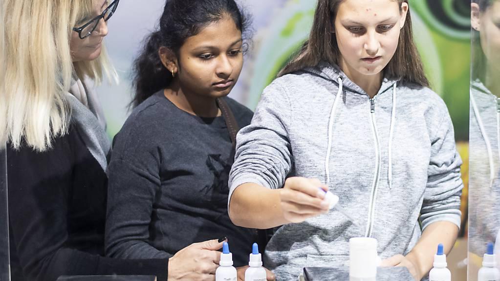 Mit «Last Minute Lehrstellenbörsen» wollen mehrere Kantone Jugendliche darauf hinweisen, dass es noch freie Lehrstellen gibt. (Symbolbild)