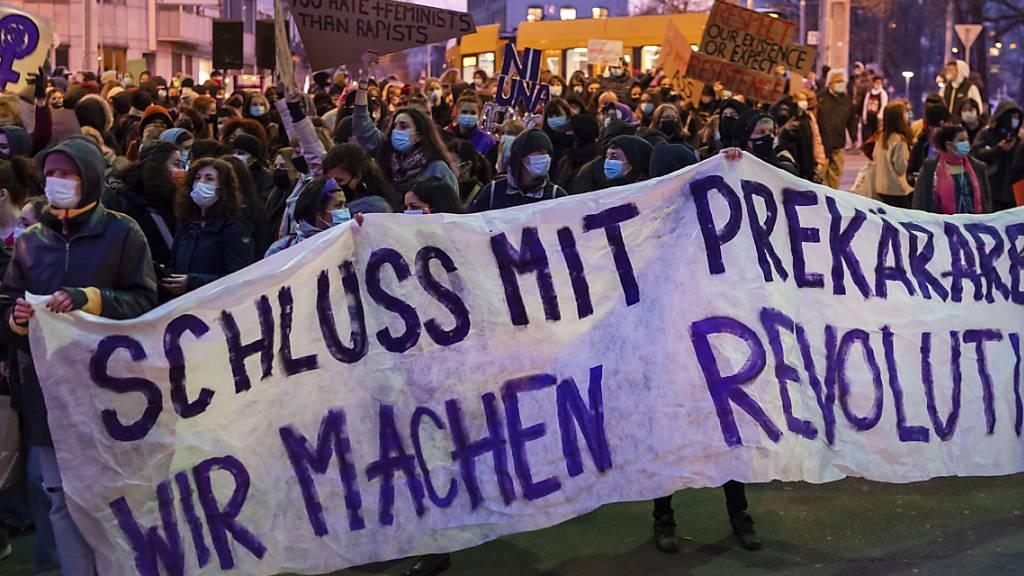 Auf ungewohnt verschlungenen Wegen bewegte sich die unbewilligte Frauen-Demonstration durch Basel.