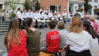 Juniorenensemble, Tambouren und Jugendmusik auf der «Bühne» am Erdbeerbrunnen.