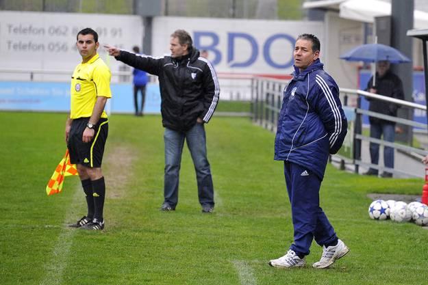 Die beiden Trainer, rechts der Oftringer Nino Lombardi und links der Wohler Markus Brunner feuern ihre Mannschaften an.