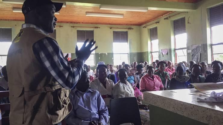 Das Spital-Personal in Bwera wird über Sicherheitsvorkehrungen informiert. (Archivbild)