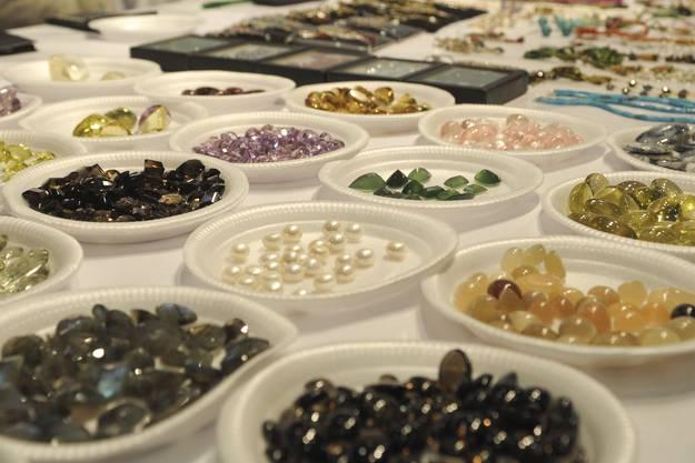 Schmuck und Edelsteine am Rajastan Gem Jewelers stand.