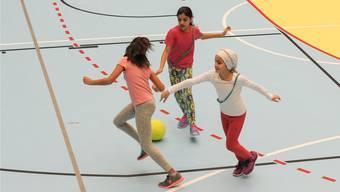 Fussball, Fangis und Spass: Mädchen machen Sport über Mittag.