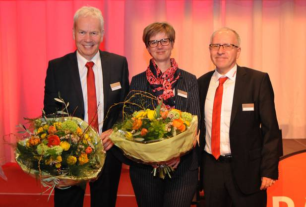 Verwaltungsratspräsident Beat Elsener (rechts) verabschiedet Ernst Grenacher, der nach 26 Jahren den Verwaltungsrat verlässt, und begrüsst Mirjam Kleeb, die ihm neu angehört.