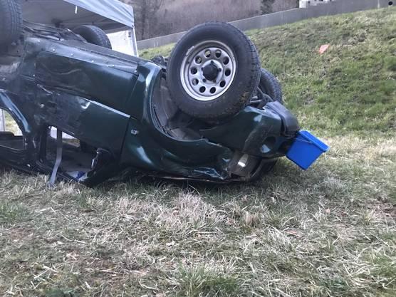 Gansingen AG, 29. März: Nach einer Kollision zwischen einem Personenwagen und einem Lastwagen verstirbt der 83-jährige PW-Lenker noch auf der Unfallstelle.
