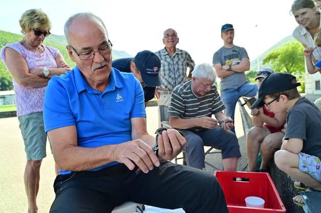 Toni Vögel (sitzend im Vordergrund) und Rolf Meyer (sitzend im Hintergrund) sind ausgebildete und eidg. anerkannte Beringer.