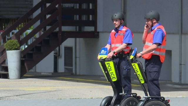 Polizei patrouilliert mit Segways am slowUp