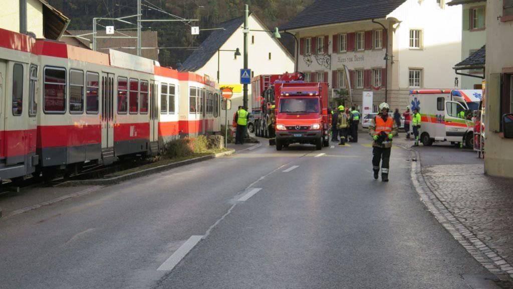 Ein Zug der Waldenburgerbahn hat in Hölstein BL eine Fussgängerin tödlich verletzt.