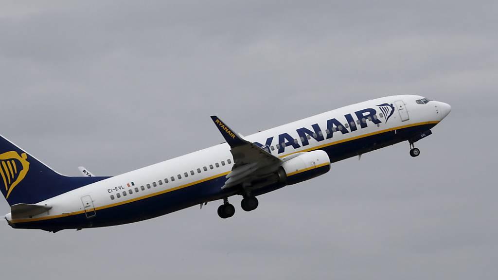 Dir Fluggesellschaft Ryanair will Start- und Landerechte etwa der Lufthansa in Frankfurt und München erwerben. (Archivbild)