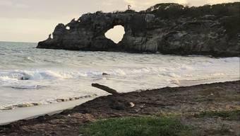 Vor und nach dem Erdbeben: Der Felsbogen Punta Ventana stürzte ein.