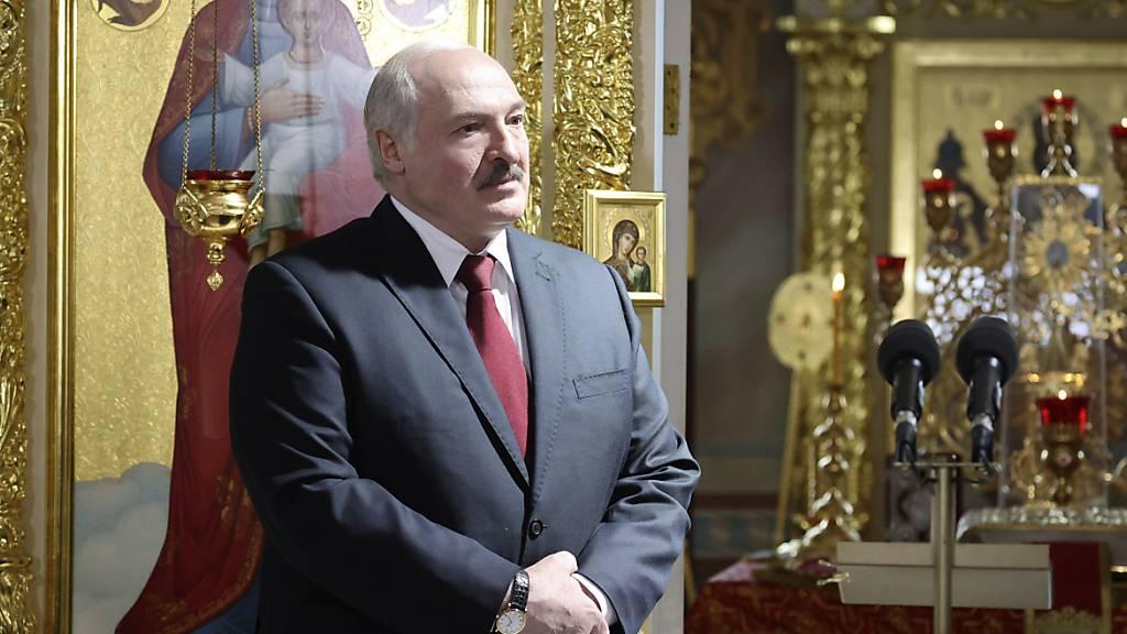 Alexander Lukaschenko, Präsident von Belarus, besucht einen orthodoxen Ostergottesdienst. (Archivbild) Foto: Maxim Guchek/POOL BelTa/AP/dpa