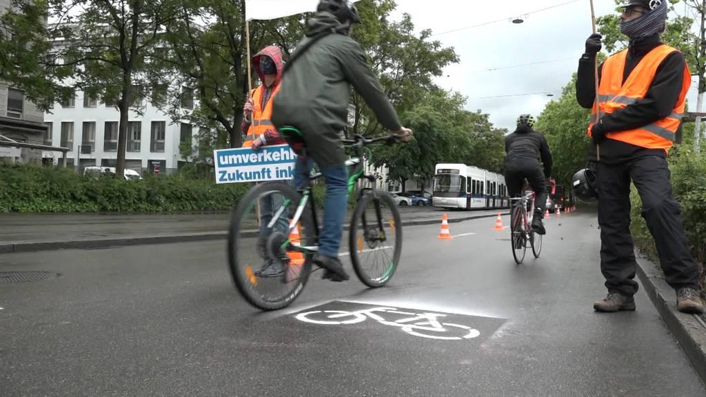 Guerilla-Aktion: Zürcher Velo-Aktivisten besetzen Autospur mitten im Morgenverkehr