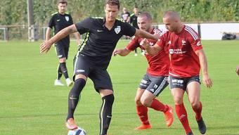 Oltens Stürmer Maryan Andonov behauptet den Ball gegen zwei Rothrister.