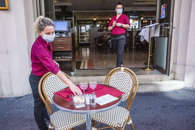 Auch Arbeitnehmerinnen und Arbeitnehmer in der Gastronomie müssen ab heute Masken tragen.