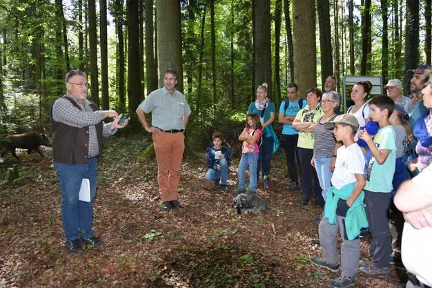 """Walter Frey erklärt den Teilnehmenden am Waldumgang die App """"AG Jagdaufsicht"""". Rechts Adrian Schlatter von der Jagdgesellschaft Eichbrunne."""