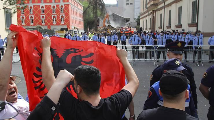 Protest in Tirana gegen den geplanten Abbruch des Nationaltheaters.
