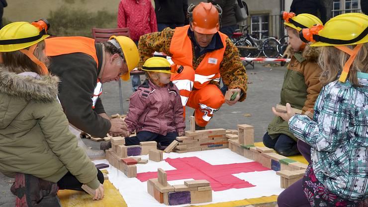 Die Bauarbeiter und -arbeiterinnen bei der Arbeit.