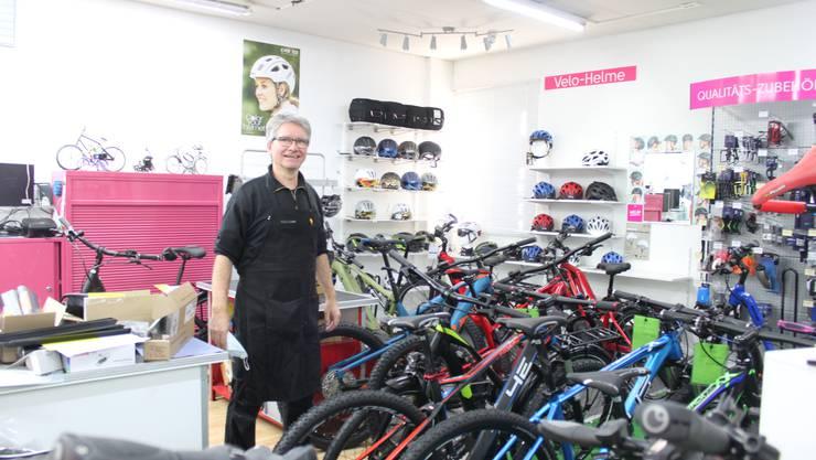 """Velomech- und Händler Toni Roggo in seinem Geschäft """"Hyperspace"""""""