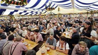Auch am Oktoberfest in Zürich wird kräftig Bier gezapft.