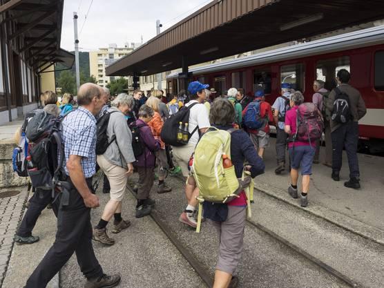 Beinahe einen Extrazug benötigt: 104 Leserwanderinnen und Leserwanderer reisten im Zug von Biel nach Tavannes