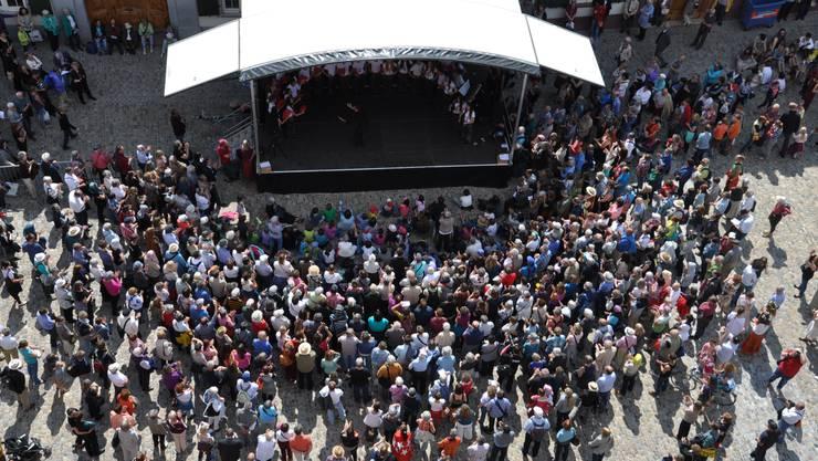 «Singe uf dr Strooss» auf dem Münsterplatz am Europäischen Jugendchorfestival Basel 2014.