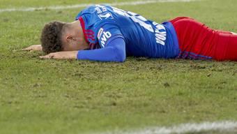 Julian von Moos liegt nach verpasster Chance am Boden. Sein FCB verliert mit 0:2 gegen YB.