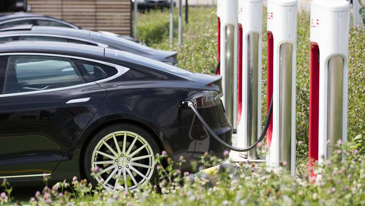 Die Produktion von Batterien für Elektroautos verursacht deutlich weniger CO2 als angenommen.