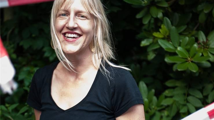 Eliane Zgraggen, Festgestalterin, bereit, das Band für das Stadtfest Baden 2012 endlich zu durchschneiden. KATRIN HAUNREITER