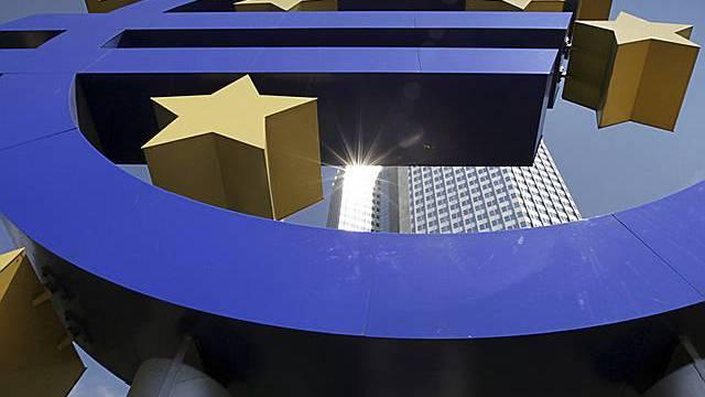 Das Euro-Symbol am Gebäude der EZB in Frankfurt (Archiv)