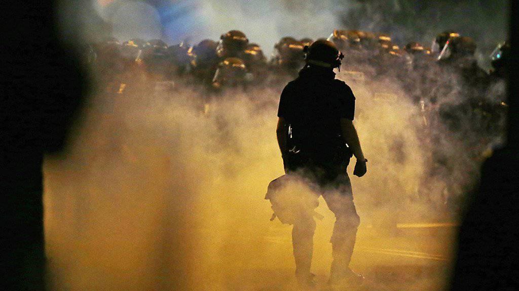 Die Polizei setzte in Charlotte Tränengas ein, um die demonstrierende Menge aufzulösen. Die Umstände von tödlichen Schüssen auf einen Demonstranten sind nicht geklärt. Die Polizei gab die Schüsse nach eigenen Angaben nicht ab.
