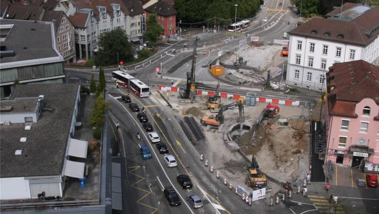 Schulhausplatz: In sieben Monaten wechselt die Baustelle vom Bezirksgebäude und von der «Kiste» (r.) auf die Innenstadtseite.