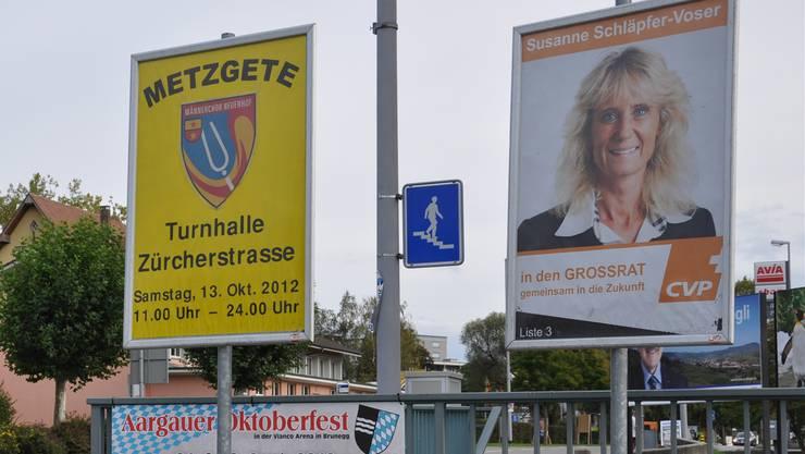 Susanne Schläpfer-Voser nutzt die offiziellen Plakatständer der Gemeinde für ihren Wahlkampf. AEB