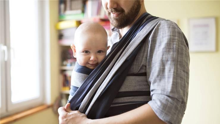 Heute haben Väter keinen gesetzlichen Anspruch auf Vaterschaftsurlaub. Dass sich dies ändern soll, scheint in Bundesbern unbestritten.