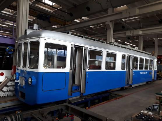 In Bulle wurde der Motorwagen12 wieder in den blau-weissen Originalanstrich der Birsigthalbahn vor 1984 umgespritzt.