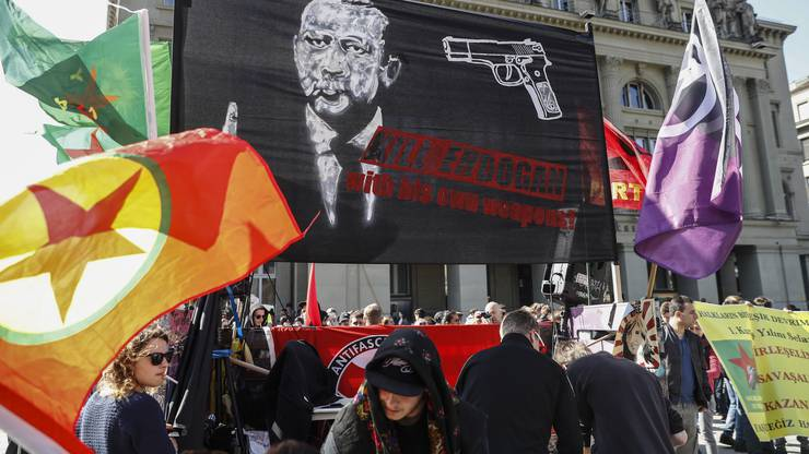 """Gezeigt wurde auch ein Transparent mit der Aufschrift """"Kill Erdogan with his own weapons""""."""