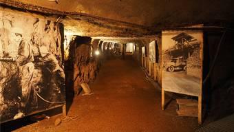 Schautafeln im Stollen zeigen, wie die Arbeiter zwischen 1937 und 1967 im Bergwerk Herznach Eisenerz abgebaut haben.