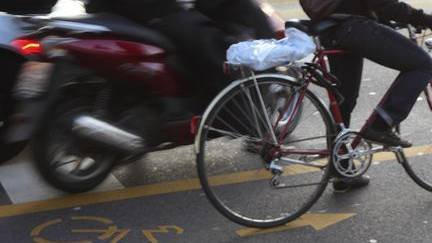 Der Rollerfahrer wollte den Velofahrer überholen, währenddem dieser nach links abbiegen wollte. (Archiv)