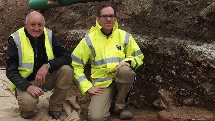 Für die Grabungsleiter Hermann Huber (links) und Jürgen Trumm ist unter anderem die Freilegung einer Säulenreihe – rechts unten eine Säulenbasis – sehr wertvoll.