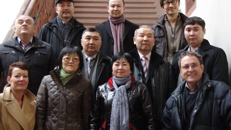 Stadträtin Bea Bieber (ganz links) und Michael Derrer (ganz rechts) zeigten den Gästen aus Kasachstan Rheinfelden. hcw