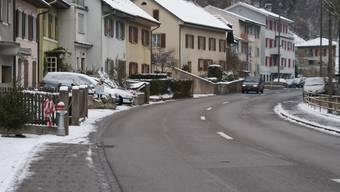 Gefährlich: Auf der Bergseite der Baselstrasse endet das Trottoir abrupt, die Anwohner müssen vom Vorgarten direkt auf die Strasse treten. (Roland Bürki)