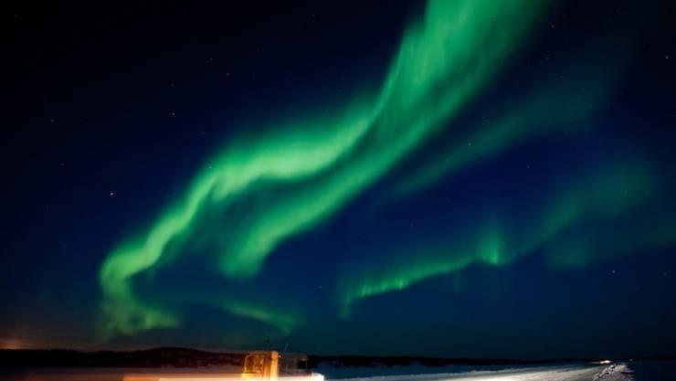 Die Aurora Borealis, welche ein Sonnensturm auslöst, mag wunderschön sein, aber die Situation ist es nicht. Minuten nach einem Ausbruch, werden auf der Erde elektronische Systeme gestört. Japanische Forscher haben nun ein Indiz entdeckt, das Ausbrüche fast einen Tag im Voraus ankündigt. (Archivbild)