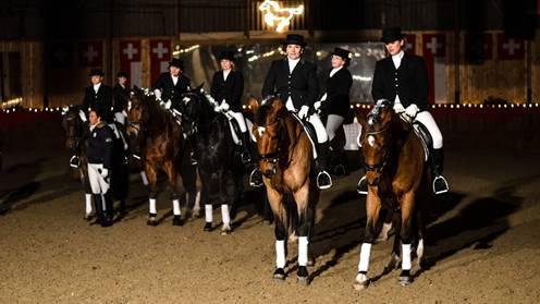Stallweihnacht auf der Fohlenweid: Ein beeindruckendes Schlussbild boten die insgesamt 16 Reiterinnen mit ihren Pferden. Patrick Züst