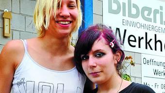 Der erste Tag: Romina Widmer (links) und Leila Rietz vor dem Werkhof – für die nächsten drei Jahre ihr Arbeitsplatz. (Oliver Menge)