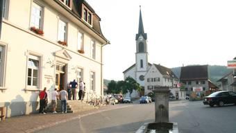 Im Bild links die Gemeindeverwaltung auf dem Dorfplatz von Erlinsbach SO.