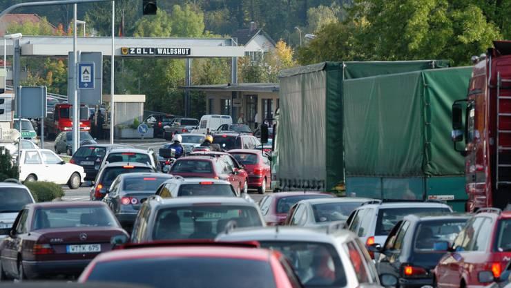 Abendliches Chaos auf der deutschen Seite vor dem Zoll Waldshut. Wenn der Grenzübergang Zurzach zur unbemannten Station wird, dürfte sich die Situation noch verschlimmern.