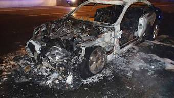 Eine der drei Kugeln verursachte einen Kurzschluss im Mercedes, das Auto brannte völlig aus.