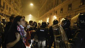 Demonstranten treffen in der Nacht in Neapel auf Polizeikräfte. Foto: Fabio Sasso/ZUMA Wire/dpa