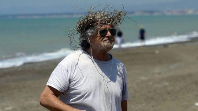 Beppe Grillo an einem Strand in der Provinz Livorno (Archiv)